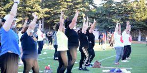Stadyumda buluşan kadınlar Kovid-19 tedbirlerine uyarak spor yapıyor