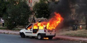 Sultangazi'de park halindeyken alev alan hafif ticari araç kullanılamaz hale geldi