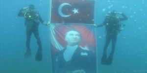Jandarma SAK timi 30 Ağustos Zafer Bayramı'nı su altında kutladı