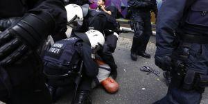 Almanya'da düzenlenen protestoda polis ile göstericiler arasında arbede çıktı