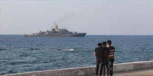 KKTC'de askeri gemiler halkı selamladı