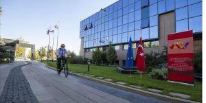 Dışişleri Bakan Yardımcısı Kaymakcı AB Başkanlığındaki ofisine bisikletle gitti