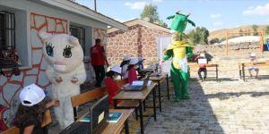 Gönüllü gençler 'Van Gölü canavarı' ve 'Van kedisi' kostümleriyle dersleri renklendiriyor