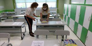 Öğretmenler okulları Kovid-19 tedbirleri kapsamında öğrencilere hazırlıyor