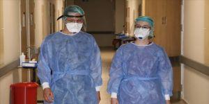 Kovid-19'u yenen doktor çift hastalarına hem hasta hem doktor gözüyle şifa arıyor
