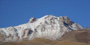 Kayseri'de, Erciyes Dağı'nın yüksek kesimlerine kar yağdı.