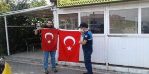 Zabıta ekipleri, eskiyen Türk Bayraklarını yenileri ile değiştiriyor