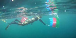 Cumhuriyet Bayramı'nı Türk ve Azerbaycan ayraklarıyla dalış yaparak kutladı
