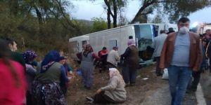 Isparta'da midibüsle otomobil çarpıştı: 15 yaralı
