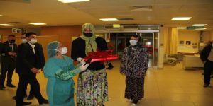 Kadın kıyafetleri giydirilen damat sağlık çalışanlarına baklava ikram etti
