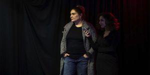 Evinin garajını tiyatroya çeviren Miraç Eronat öğrencileriyle oyun sahnelemeye hazırlanıyor