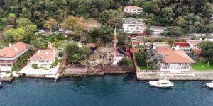 Bakan Ersoy yanan tarihi Vaniköy Camisi'nin en kısa sürede ayağa kaldırılacağını bildirdi
