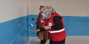 Türk Kızılay gönüllüleri ara tatilde köy okulunu boyayıp sınıfları temizledi