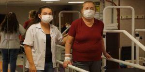 Tekerlekli sandalyeyle geldiği hastaneden yürüyerek çıktı