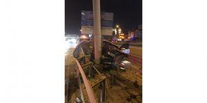 Kocaeli'de otomobil bariyere saplandı