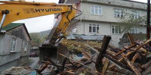 Metruk binaların yıkımına devam ediliyor
