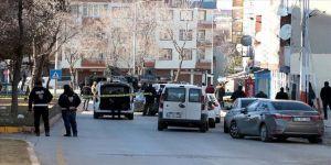 Eşi ve çocuklarını silahla vurup polisten kaçmaya çalışan zanlı yaralı yakalandı