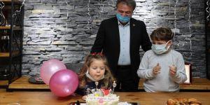 İzmir depreminin sembol ismi Ayda'ya sürpriz doğum günü kutlaması
