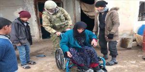 Mehmetçik Barış Pınarı bölgesinde yaşlı kadına tekerlekli sandalye hediye etti