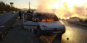 Yaşlı çiftin ısınmak için klimasını açtıkları araç alev alev yandı