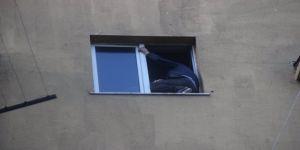 Kocaeli'de hastane penceresinde intihara kalkışan şahsı polis ikna etti