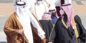 Suudi Arabistan Veliaht Prensi'nden Katar Emiri'ne sıcak karşılama
