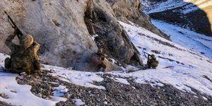 Erzincan'da teröristlerin kullandığı mağara ve barınaklardaki yaşam malzemeleri imha edildi