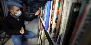 Kitap sevdalısı genç uzun yıllar biriktirdiği harçlıklarıyla koleksiyon oluşturdu