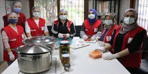 Kızılay gönüllüsü annelerden üniversite öğrencilerine 'anne yemeği'
