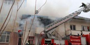 Derince Deniz Mahallesi'nde iki katlı evin en üst katında yangın meydana geldi.
