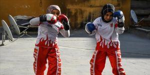 Kick boksçu kız kardeşler turnuvalara evlerinin damında hazırlanıyor