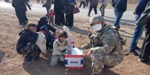 Mehmetçik, Barış Pınarı bölgesindeki üç köyde erzak dağıttı