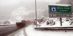 Bolu Dağı'nda yoğun kar yağışı etkisini sürdürüyor