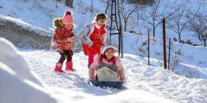 Malatya'da çocuklar karın keyfini kızak kayarak çıkardı
