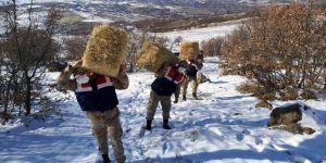 Elazığ'da jandarma yabani hayvanlar için doğaya yem bıraktı