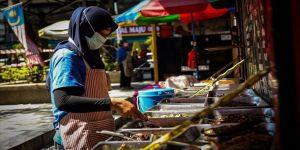 Malezya esnafı, Kovid-19 tedbirleri kapsamında uzatılan sokağa çıkma yasağından memnun değil