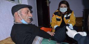 Hakkari'de yolu kardan kapanan köydeki kalp hastasının yardımına ekipler yetişti