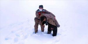 Erzincan'da kar ve tipide donma tehlikesi geçiren kişinin yardımına Mehmetçik yetişti