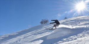 Hakkarili gençler tahta kayak takımlarıyla profesyonel kayakçılara taş çıkartıyor