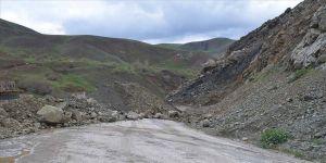Hakkari'de dağdan kopan kaya parçaları nedeniyle Şemdinli-Yüksekova yolu kapandı