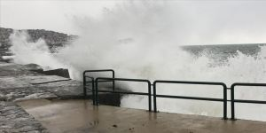 Zonguldak'ta kuvvetli rüzgar nedeniyle dalgalar mendireği aştı