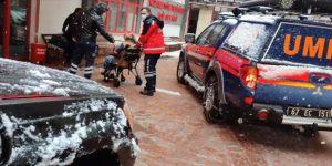 Zonguldak'ta ekipler yolu kardan kapanan köydeki hamile kadın için seferber oldu