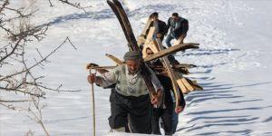 Hakkarili gençler karlı tepeleri kayak pistine çevirdi