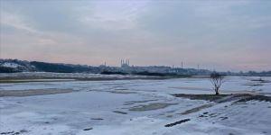 Edirne'de soğuk hava nedeniyle nehir kenarındaki tarlalar buz tuttu