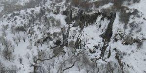 Erzincan'da çevresi karla kaplanan Girlevik Şelalesi manzarasıyla fotoğraf tutkunlarını cezbediyo