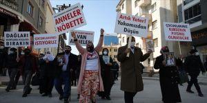Vanlı aileler çocuklarına kavuşmak için HDP İl Başkanlığı önünde oturma eylemi başlattı