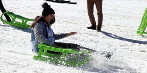 Elazığlı depremzede çocuklar Hazarbaba'da kayak yapmanın mutluluğunu yaşadı