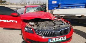 Gebze'de direksiyon hakimiyetini kaybeden sürücü park halindeki tıra çarptı