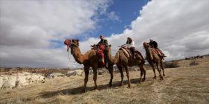 Yabancı turistler Kapadokya'yı deve sırtında keşfediyor