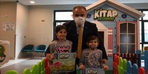 Hastanede çocuklara 'Ilık süt eşliğinde günde en az 10 sayfa okuyun' yazılı reçeteyle kitap hediye ediliyor